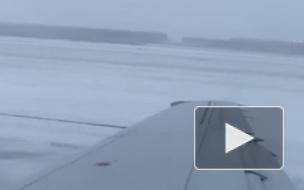 Видео: В Чикаго самолет занесло при посадке и вынесло в поле