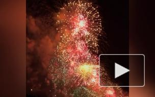 Пользователи соцсетей поделились яркими видео салюта в честь 75-летия Победы