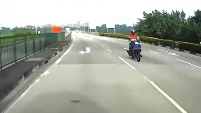 Мотоциклист едва не погиб и невозмутимо поехал дальше