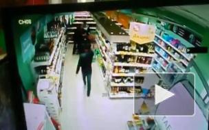 """Беспредел попал на видео: Кассир """"Пятёрочки"""" получил ..."""