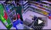 Двое неизвестных ограбили магазин и сломали нос товароведу в Петербурге