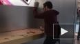 Француз, крушащий технику Apple в фирменном магазине, ...