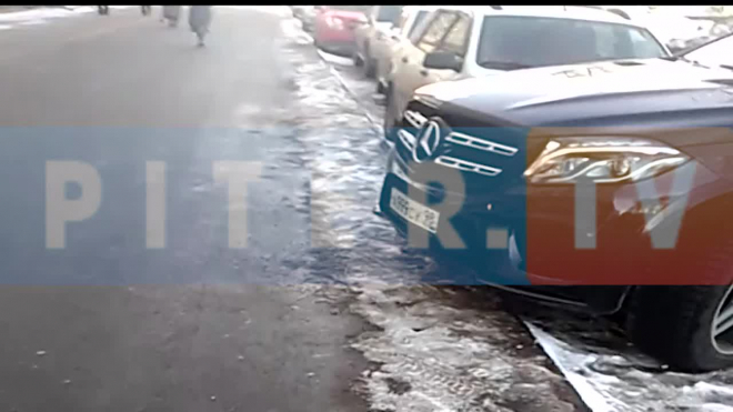 На Большевиков автоледи на Mercedes GL задела два авто и перекрыла дорогу