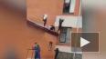 Опубликовано видео падения из окна школьницы в Юрге