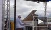 Пианист-виртуоз Петр Андреев начал многочасовое выступление на Стрелке Васильевского острова