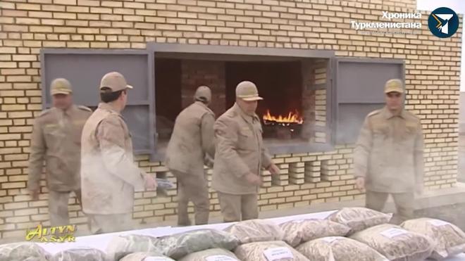 Президент Туркмении на камеру сжег в печи наркотики