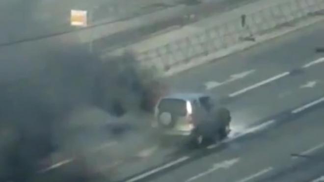 Видео: на Бухарестской машина со взрывами горела посреди проезжей части