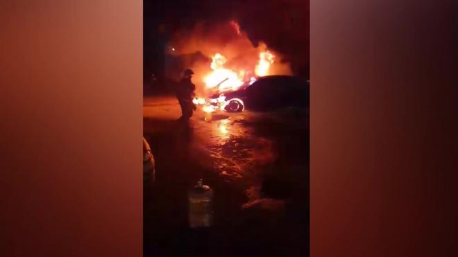 В поселке Горелово дотла сгорели две иномарки
