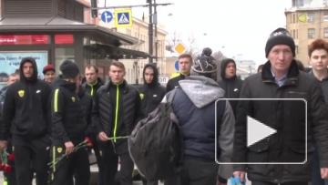 """Футболисты """"Анжи"""" возложили цветы на месте теракта в Санкт-Петербурге"""