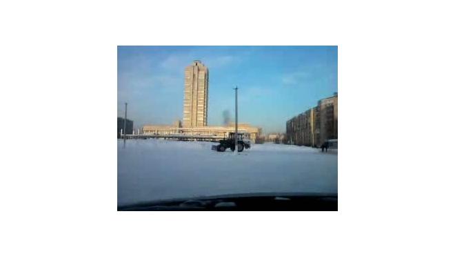 Лучший способ уборки снега - дрифтинг на тракторе