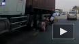 На видео попал момент спасения ребенка, упавшего под кол...