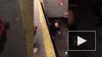 Видео из Нью-Йорка: Мужчина упал на рельсы в метро, ...