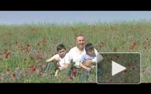 Первый президент Казахстана Нурсултан Назарбаев спел песню о казахской земле