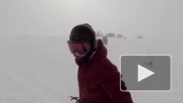 Медведь гонится за сноубордисткой