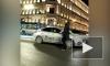 По проезжей части Невского проспекта прошелся мужчина. Машины ему не мешали