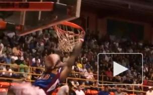 Американского баскетболиста пришибло рухнувшим щитом, ЧП попало на видео