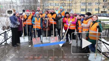 В минувшие выходные на улицы Петербурга с лопатами ...