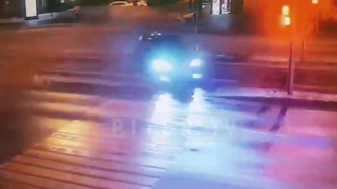 """Дрифтующий"" Range Rover снес знак и машину в Петербурге"