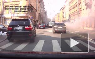 Видео: горящая Mazda перекрыла Большую Пушкарскую