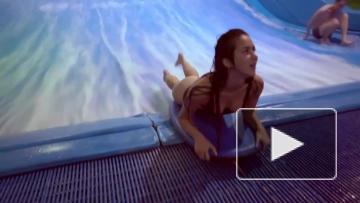 Девушка учится кататься на серфинге
