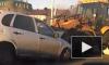 """Видео: в Казани трактор проткнул ковшом """"Ладу"""" на полной скорости"""