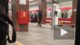 """В утренний час пик на рельсы станции """"Ленинский проспект"""" ..."""