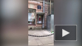 На Невском при ремонте фасада камни падают на тротуар: ...