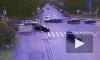 Видео: на Большом проспекте В.О. Mercedes снес дорожный знак при столкновении с Porsche