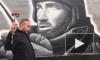 """В Петербурге почтили память """"Моторолы"""": люди возложили цветы к граффити-портрету Арсена Павлова"""