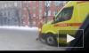 Видео из Новосибирска: мужчина разделся догола и атаковал реанимобиль