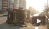 """На Белградской улице перевернулся грузовик с песком, повредив стоящий рядом """"Хюндай"""""""