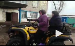 Деревенские бабушки зажигают на квадроцикле под Уфой