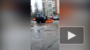 В Петергофе трактор с разгона разгребал лужи ковшом