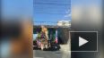 На Ланском шоссе грузовик с трактором на трале застрял ...