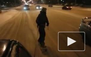 В интернете появилось видео экстремального заезда на сноубордах по улицам Новокузнецка
