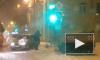 На Кондратьевском проспекте автомобиль врезался в светофор из-за скользких рельс