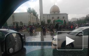 Видео: вПетербурге у мечети заметили толпы верующих