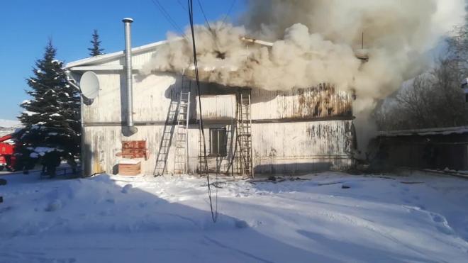 В Ленобласти локализовали пожар на заводе деревянных изделий