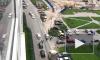 Видео: Рабочие трактором передвинули машину, закрывшую въезд на стройку на Коллонтай