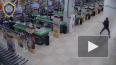 Видео из Бреста: Парень ворвался с топором в супермаркет, ...