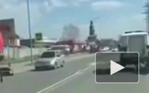 Видео из Мари Эл: Задержанный выпал на дорогу из полицейского автомобиля