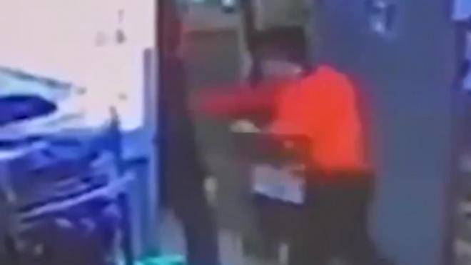 Видео: В московском супермаркете кассир убил посетителя из-за банки кофе