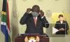 Президент ЮАР решил надеть медицинскую маску и запутался в ней