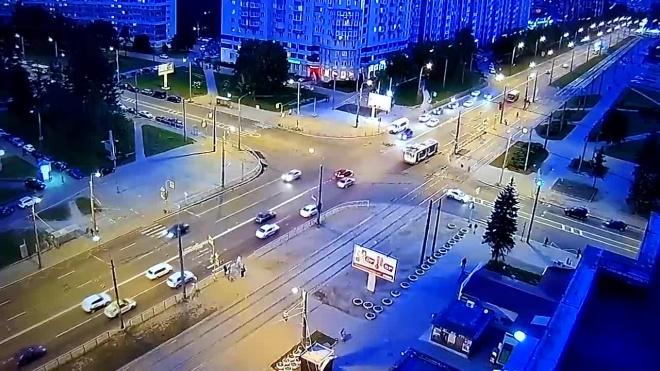 На Партизана Германа и Ветеранов иномарка снесла дорожное ограждение