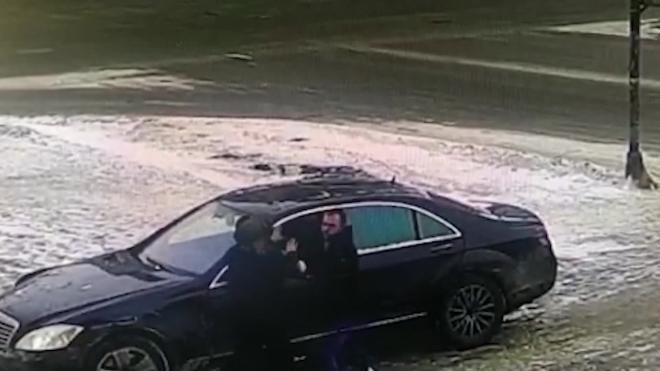 """Полиция задержала водителя """"Мерседеса"""", избившего пешехода на тротуаре в Кировском районе"""