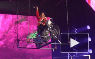 """Трон, кабаре и летающий мотоцикл: чем запомнилось шоу Сергея Лазарева в """"Юбилейном"""""""