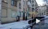 Козырек не выдержал тяжести снега и сложился над парадной на шоссе Революции
