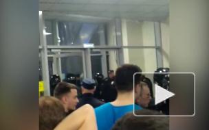 "Фанат ""Динамо"" устроил на стадионе драку: в фан-зоне разбито стекло, агрессора увел ОМОН"