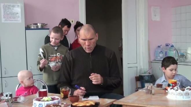Чаепитие с боксёром. Николай Валуев навестил больных раком детей
