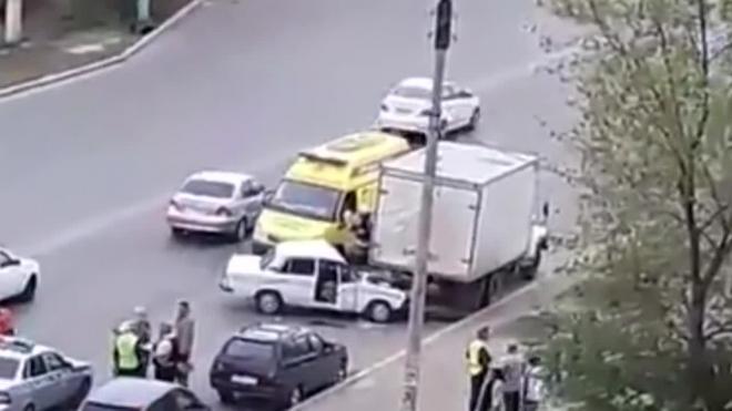 Жесткое видео из Астрахани: легковушка протаранила грузовик